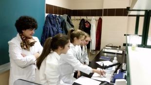 Alumnos de 4º de la ESO del I.E. Fray Luis de León en los laboratorios de prácticas del Departamento